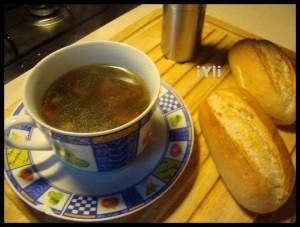 O ceasca cu supa fierbinte.