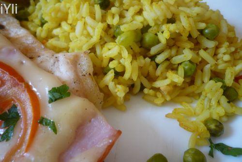 Curry, orez, mazare, cascaval, sunca si friptura.